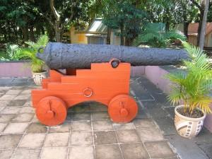 Un canon à découvrir à l'entrée du musée