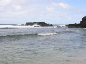 L'absence de barrière corallienne et les vagues