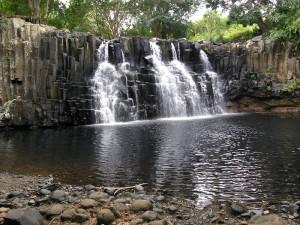 Au pied de la cascade
